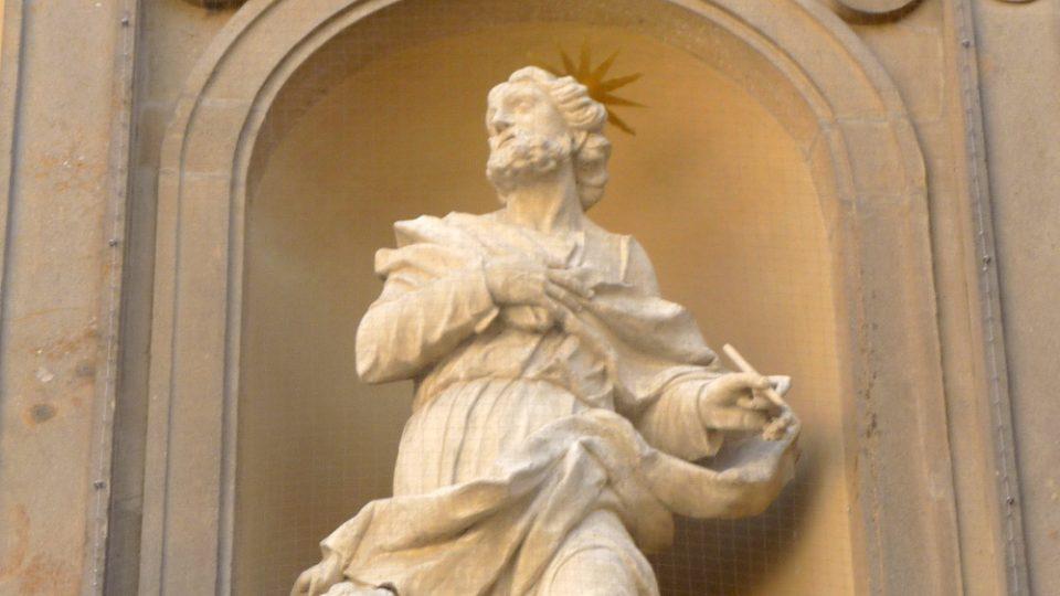 Sochy svatých na průčelí Dietrichsteinské hrobky pocházejí z 18. a 19. století.JPG