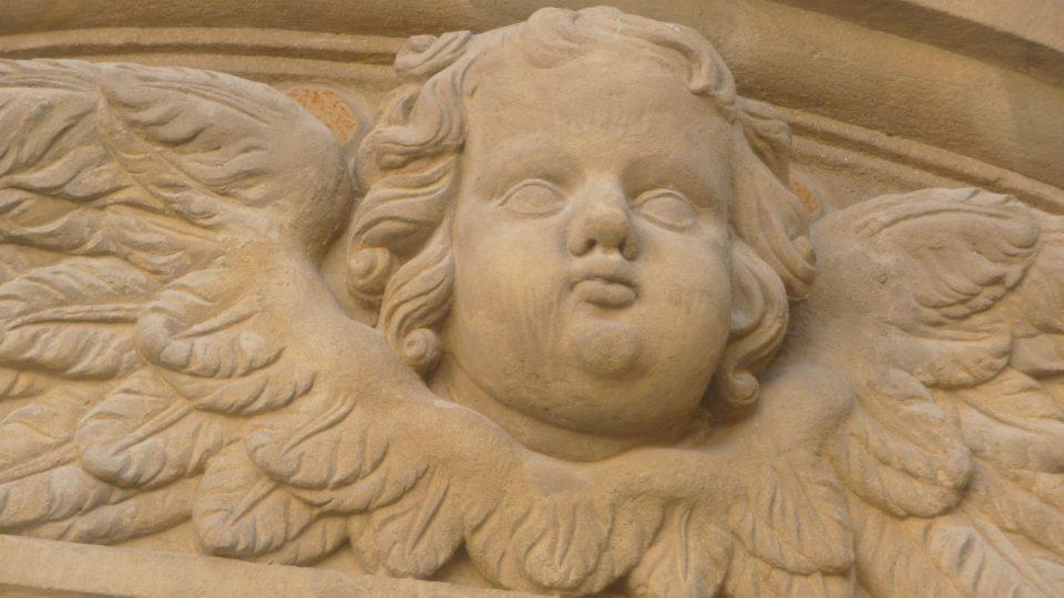 Na barokním kostele nesmí chybět typické reliéfní motivy