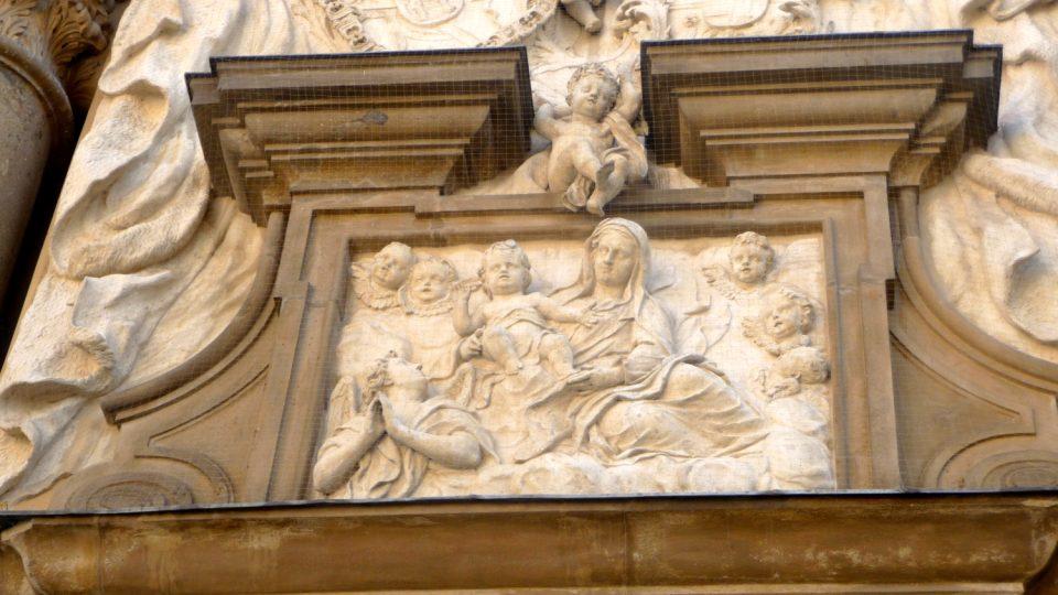 Historikové umění dodnes nemají jasno v tom, zda je na reliéfu vyobrazena Panna Marie nebo její matka svatá Anna