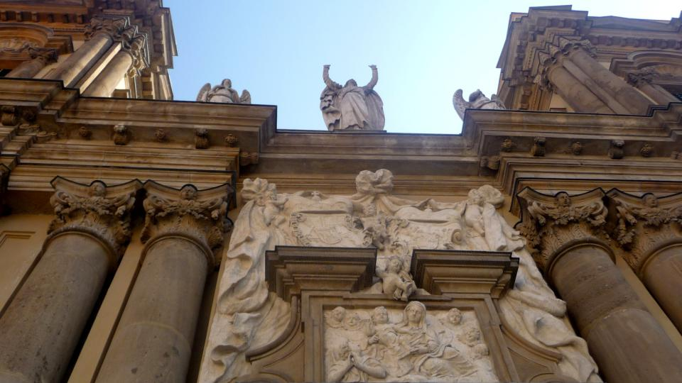 Dekorativní prvky inspirované antickým Římem jsou charakteristické pro průčelí Dietrichsteinské hrobky v Mikulově