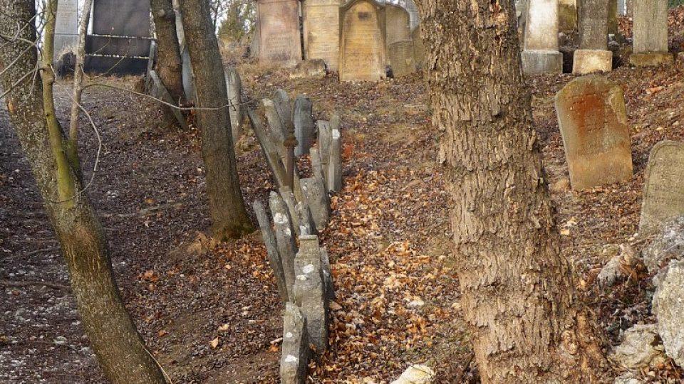 Pro židovské hřbitovy je typické, že jednotlivé hroby jsou vršeny na sebe