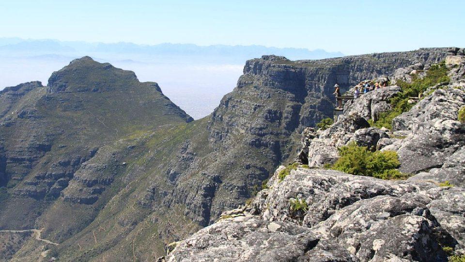 Stěny hory tvoří tři kilometry dlouhý útes