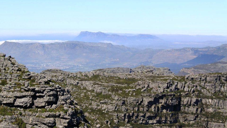 Pohled ze Stolové hory nabízí pestrobarevná panoramata