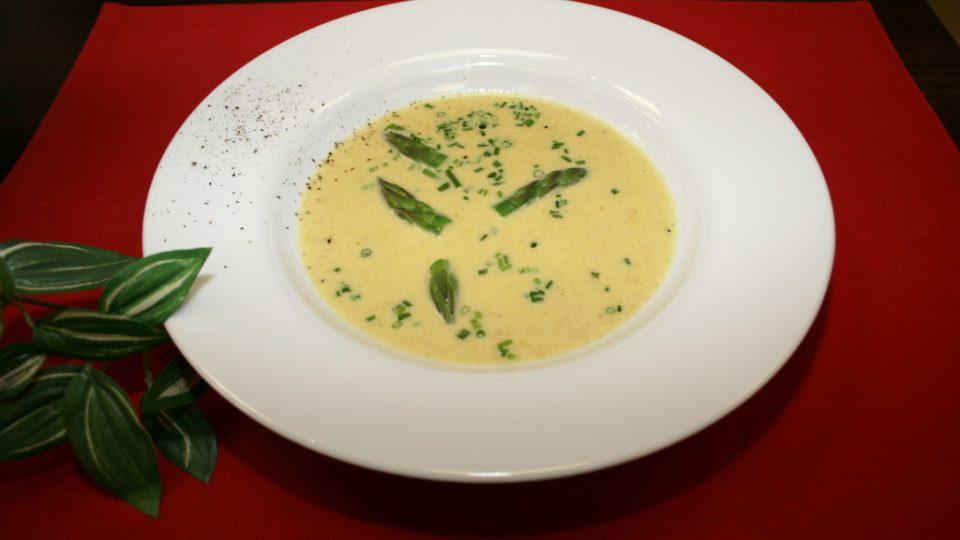 Jemná chřestová polévka s parmezánem