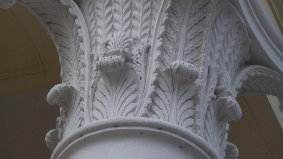 Potomci stavitele kosteleckého zámku se rozhodli bojovat s nepřízní osudu a zrekonstruovali zdevastovaný zámek do původní klasicistní podoby
