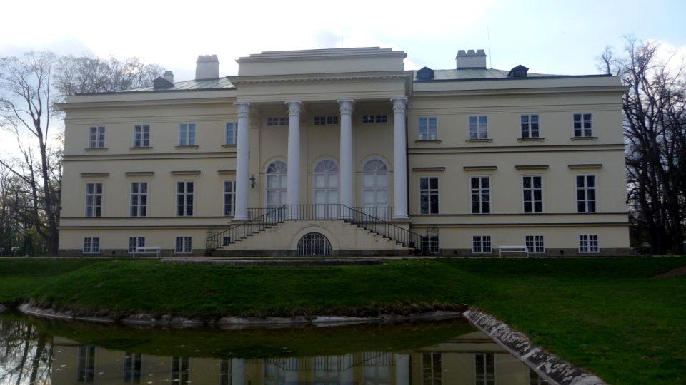 Rodinný zámek Kinských v Kostelci nad Orlicí byl postaven na přelomu 20. a 30. let 19. století
