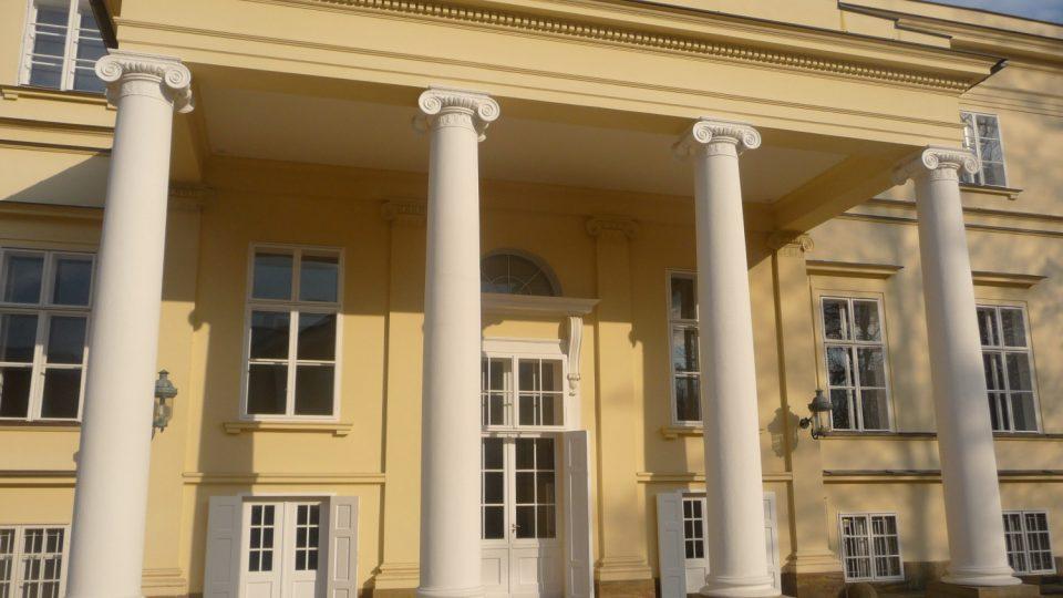 Kostelecký zámek byl vrácen rodině Kinských v havarijním stavu