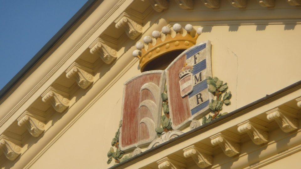 Nový zámek v Kostelci nad Orlicí nechal postavit Josef Kinský v empírovém stylu