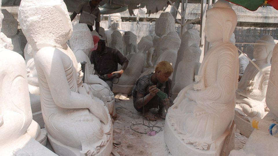 Jen jeden muž v ulici kameníků umí vytvořit celou sochu Buddhy