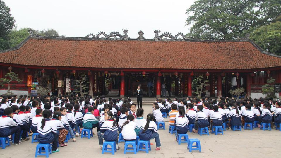 Žáky v modrobílých uniformách a s rudým šátkem uvázaným kolem krku výuka očividně baví