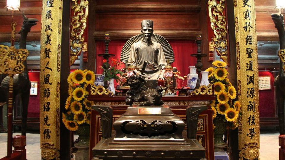 Oltář připomíná Konfucia, s jehož jménem je Chrám literatury dodnes spojen