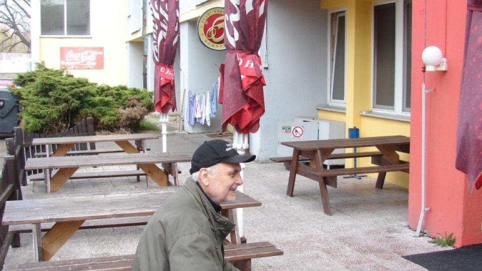 Vladimír Čech na zahrádce restaurace v Letním fotbalovém stadionu v Pardubicích