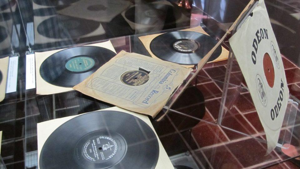 Staré gramofonové desky s originálními nahrávkami