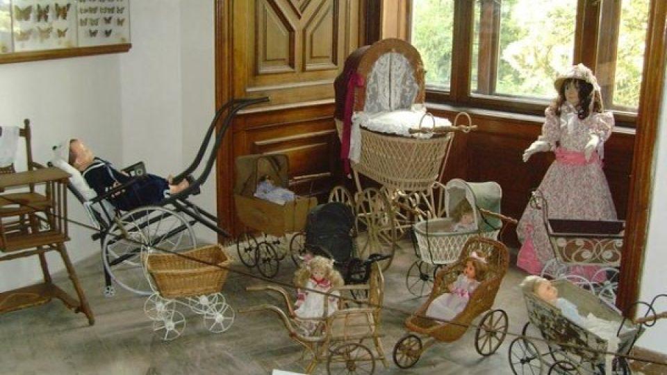 Expozice historických kočárků si našla v interiéru stránovského zámku své stálé místo