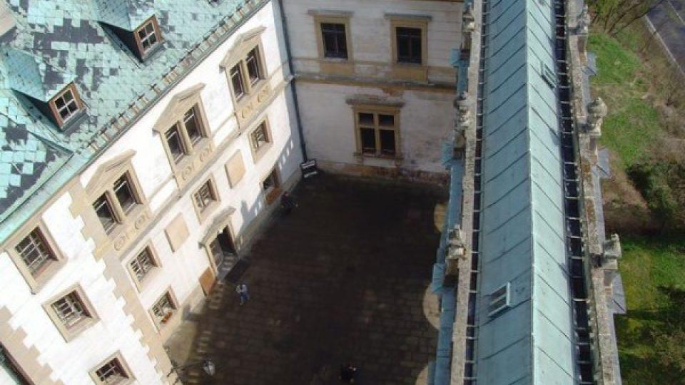 Nádvoří zámku lemují z jedné strany arkády, z dalších tří stran jednotlivá zámecká křídla