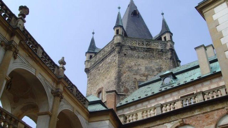 Romantickou atmosféru exteriéru zámku dokresluje šestiboká věž