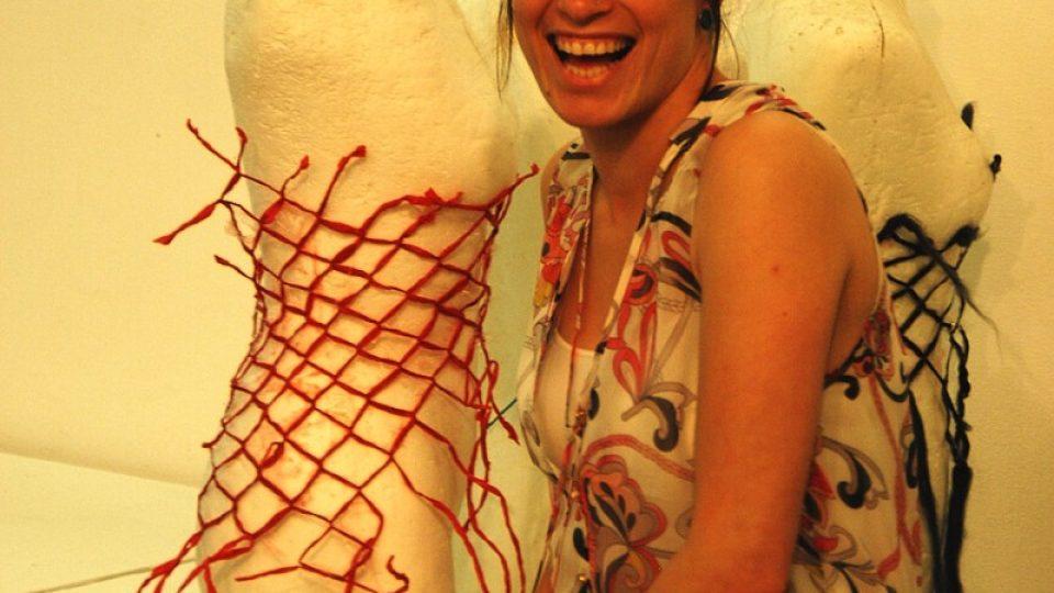 Izraelská studentka v jednom z ateliérů