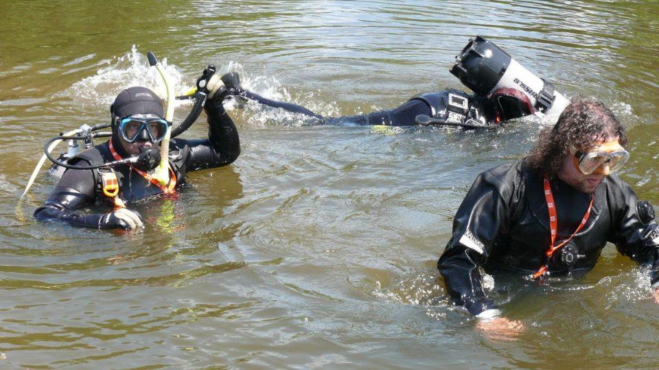 Potápěči čistili dno Malše