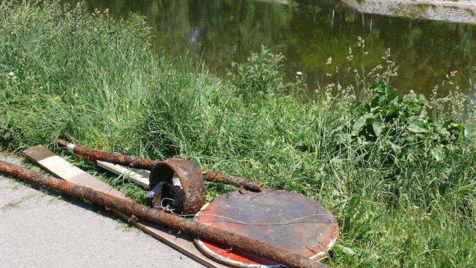 Ze dna řeky vylovili i dopravní značku