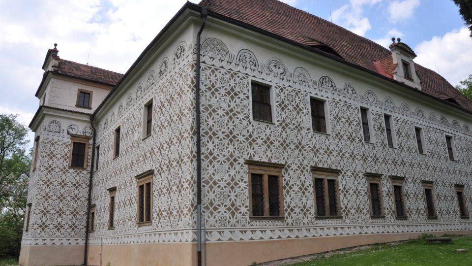 Doudlebský zámek je na první pohled renesančním klenotem