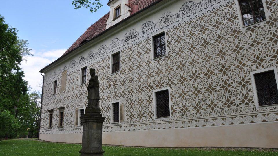 Sgrafita na doudlebském zámku byla v barokní době zakryta a objevena byla až po staletích