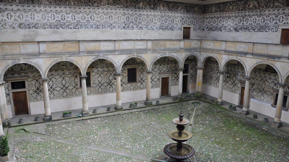 Arkády jsou o padesát let mladší než samotná budova zámku v Doudlebech nad Orlicí