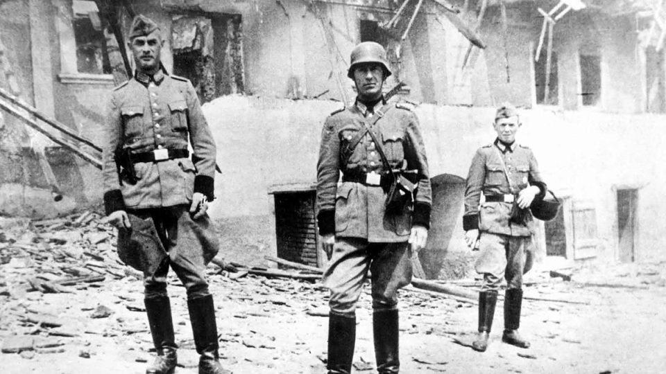 Příslušníci Schutzpolizei ve dvoře vypáleného Horákova statku v Lidicích
