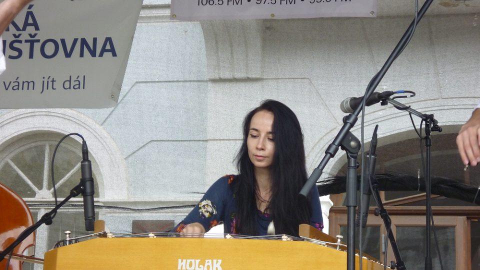 V doprovodném kulturním programu vystoupila krásná cimbalistka Jitka Ondráčková