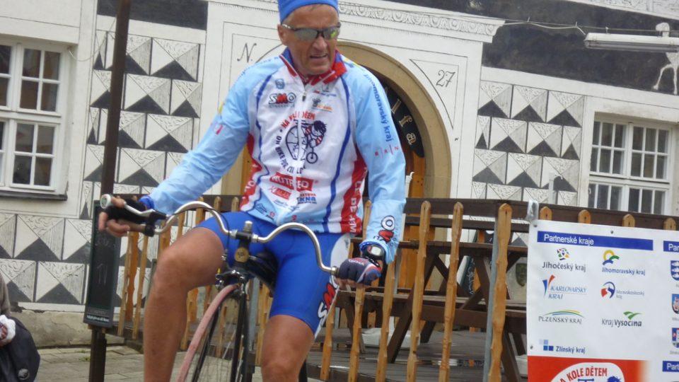 Na mikulovském náměstí se zastavila i tour Na kole dětem v čele s patronem Josefem Zimovčákem