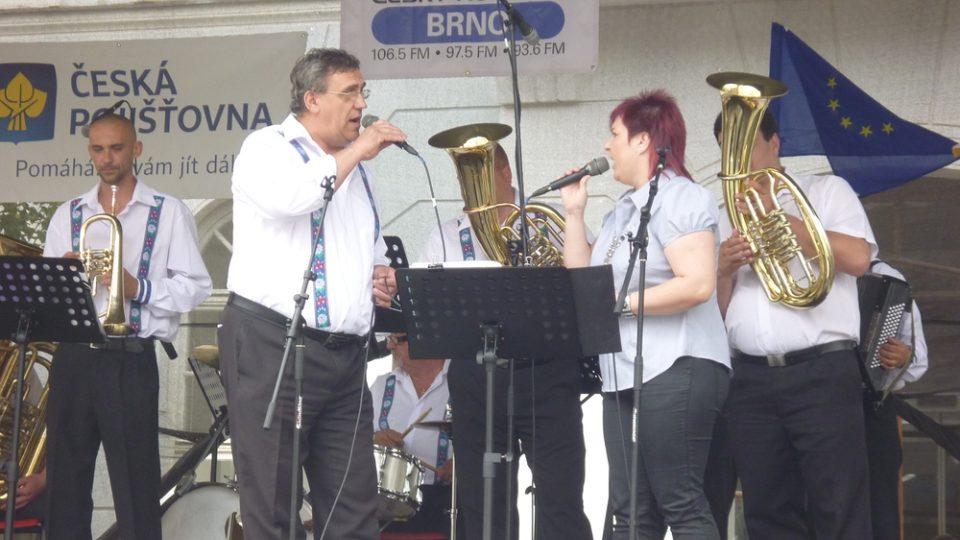 Na mikulovském náměstí vyhrávala dechová hudb Galanťanka z Galanty v rámci programu Partnerská města baví Mikulov