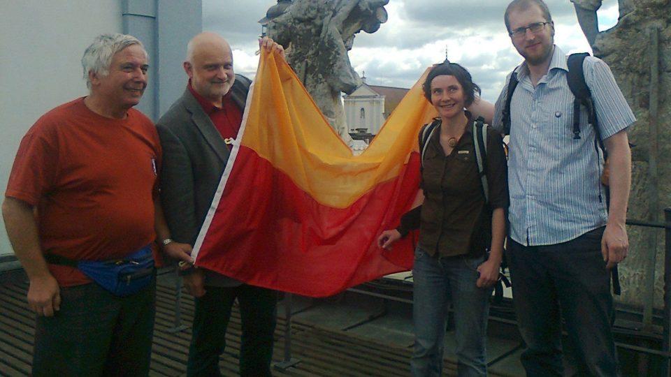 Expedice Svalbard Jihočeské univerzity převzala na budějovické radnici vlajku města