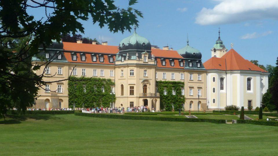 Jižní průčelí lánského zámku je orientováno směrem do rozlehlého parku