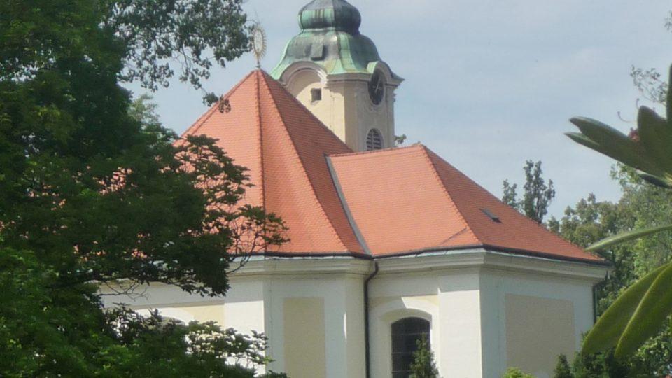 Farní kostel Nejsvětějšího Jména Ježíš byl původně zámeckou kaplí