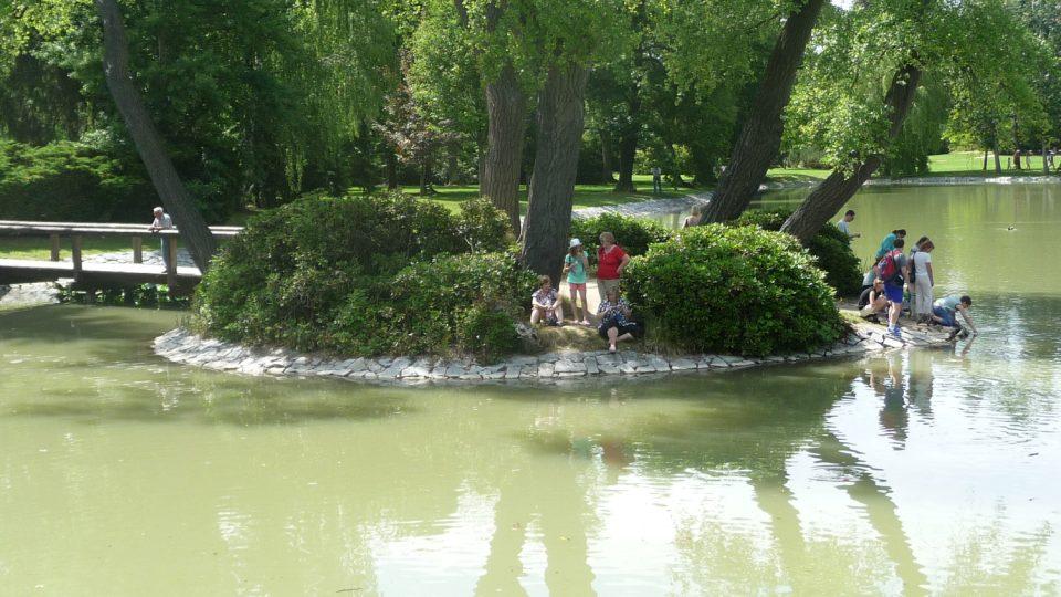 Jezírko v zámeckém parku je oblíbeným místem návštěvníků parku v Lánech