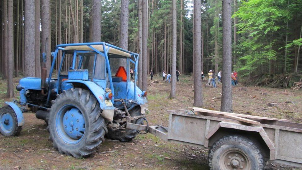 Dobrovolníkům pomáhá i traktor