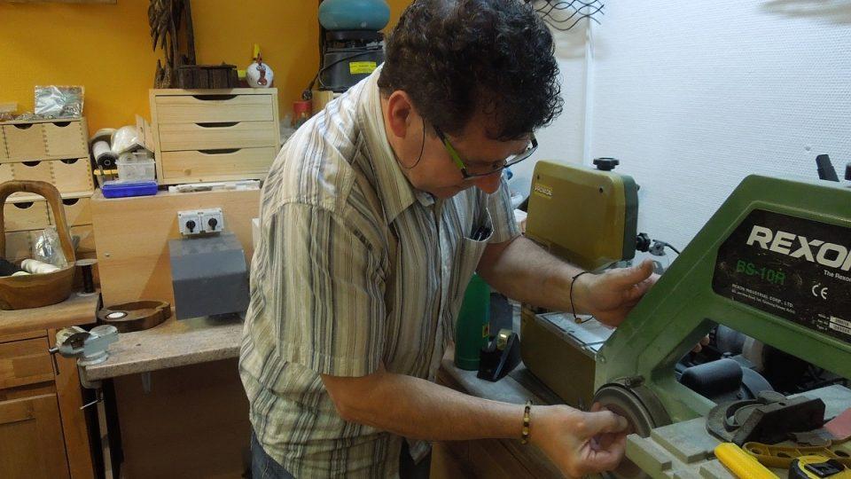 Pan Corrigan se s kousky 40 miliónů let staré zkamenělé pryskyřice doslova mazlí