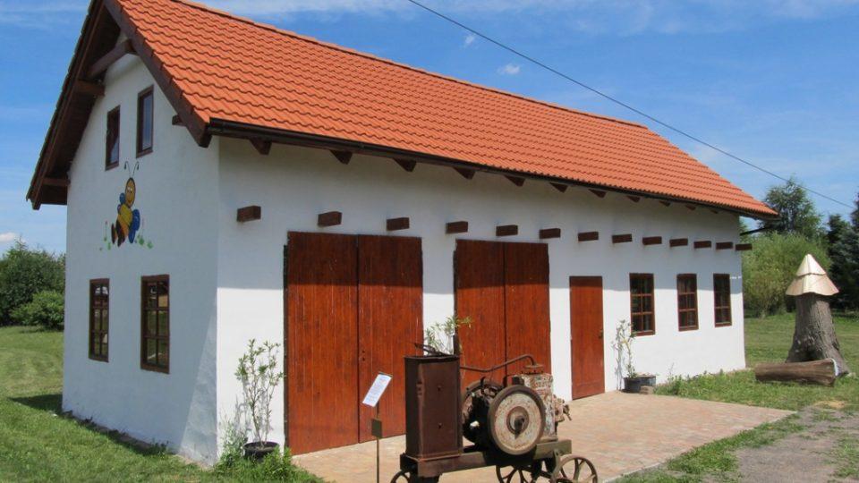 Dům ve kterém je prosklený úl a pracovna