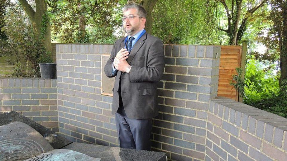 Mike Chapman z muzea Bletchley Park u památníku polských kryptoanalytiků
