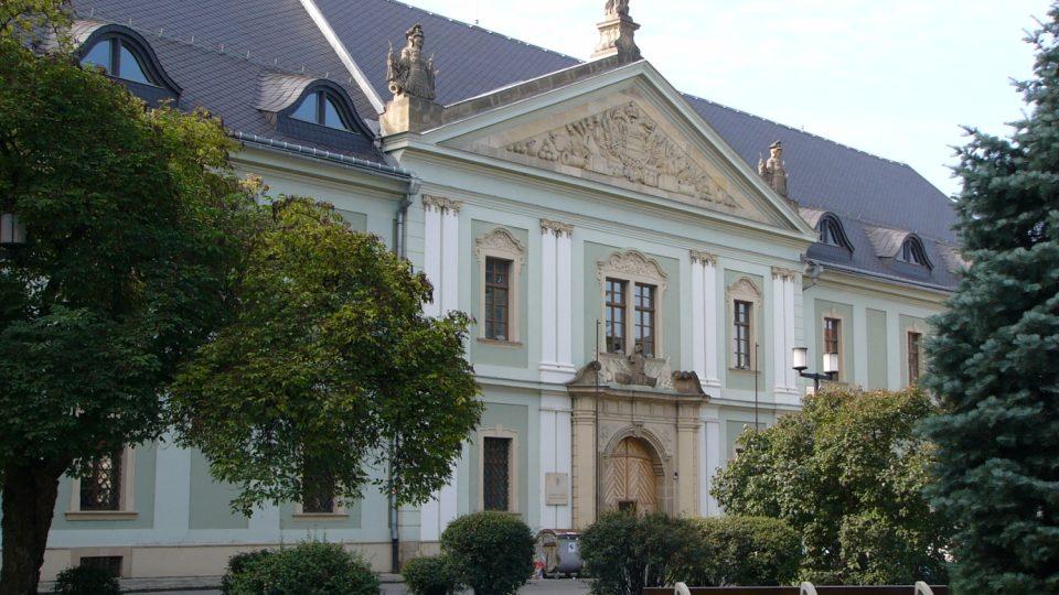 Klasicistní budovu olomoucké Tereziánské zbrojnice nechala vystavět v letech 1769 až 1771 Marie Terezie. Koncem 20. století byl objekt adaptován pro potřeby Univerzity Palackého