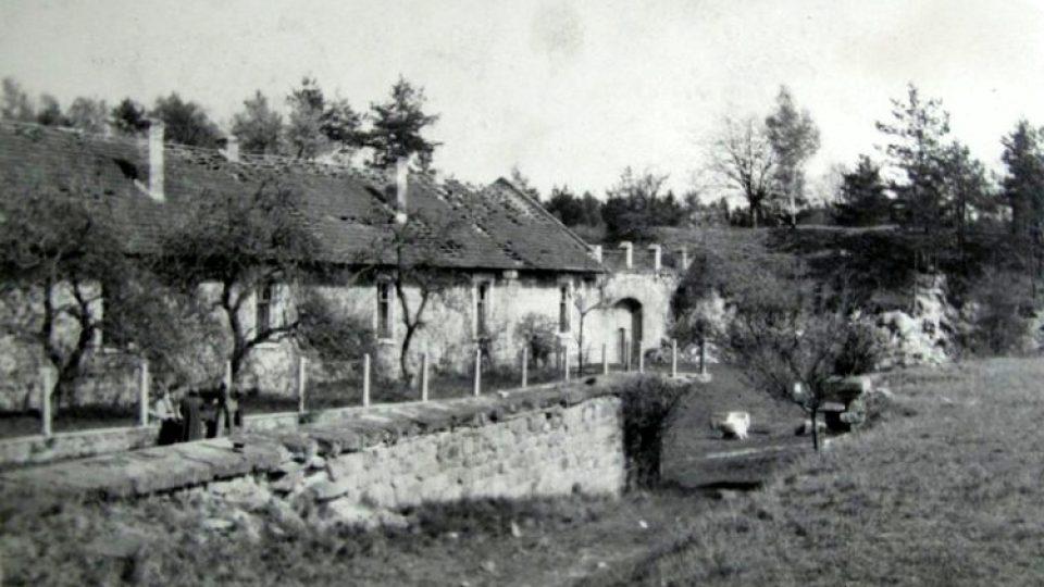 Cenná historická fotografie z doby těsně po 2. světové válce zachycuje západní vjezd do týlové části Fortu II Radíkov a takzvanou šíjovou budovu se sedlovou střechou