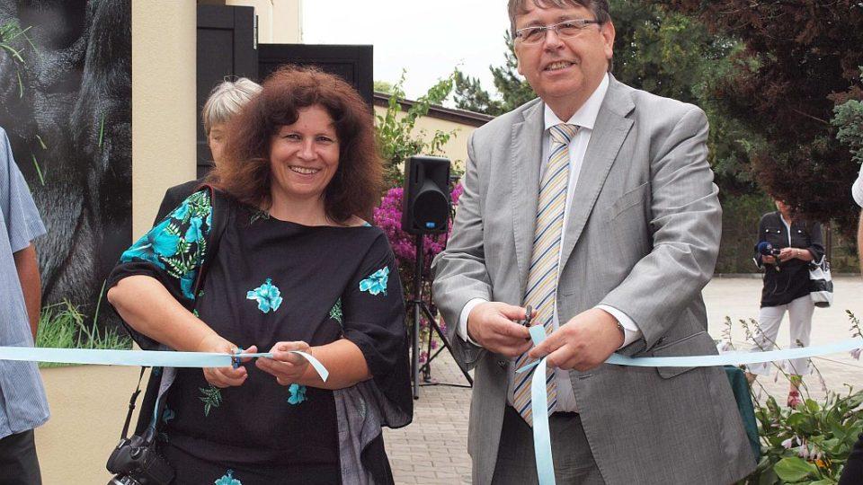 Ředitelka ZOO Dvůr Králové Dana Holečková a hejtman Lubomír Franc - stříhání pásky - otevření nového pavilonu goril