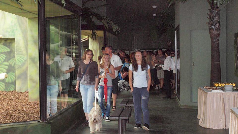 První návštěvníci po slavnostním otevření nového pavilonu goril