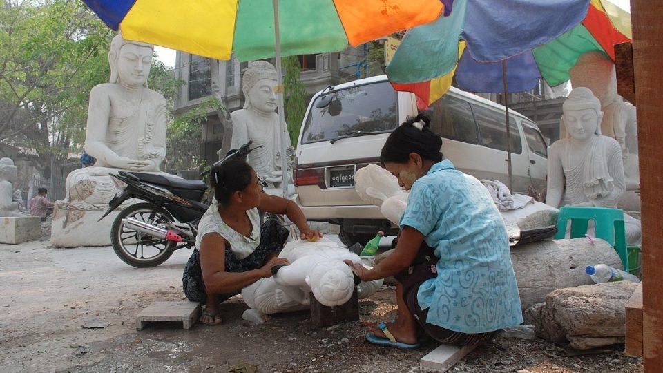 I při výrobě kamenných Buddhů funguje dělba práce
