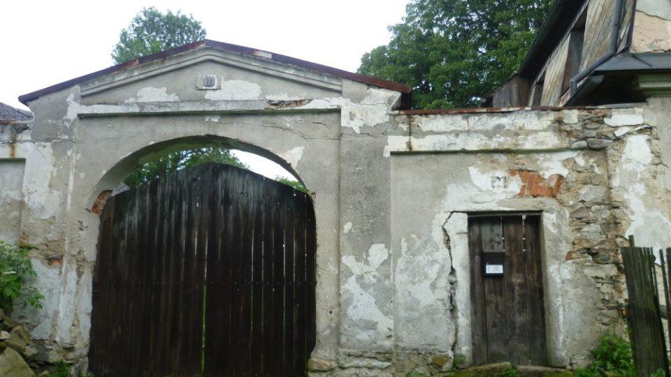 Chalupa, kde měli filmaři ustájeného osla