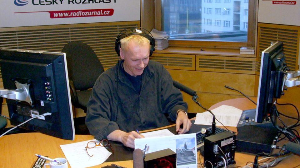 Moderátor Stretnutia Igor Šebo ve studiu Radiožurnálu