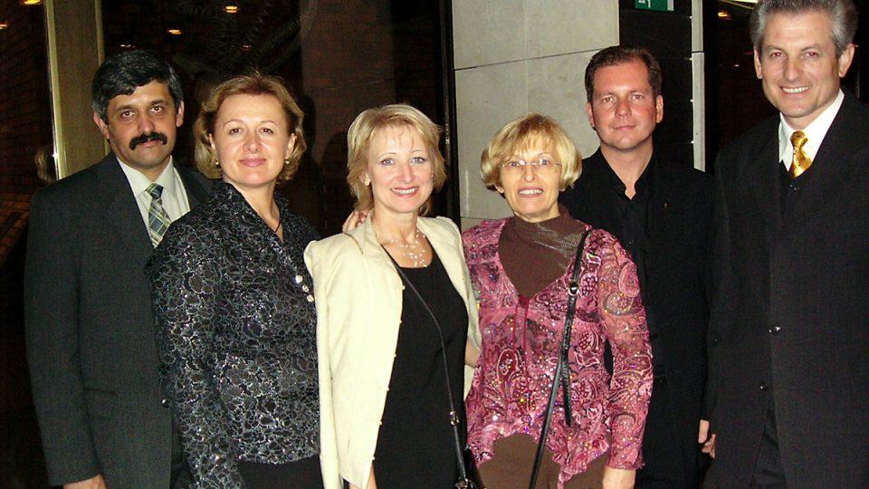 Stretnutie vedúcich redaktorov slovenských redakcií v Bratislave – zľava: Ukrajina, Rumunsko, Česko, Srbsko, Vatikán, Chorvátsko (október 2006)