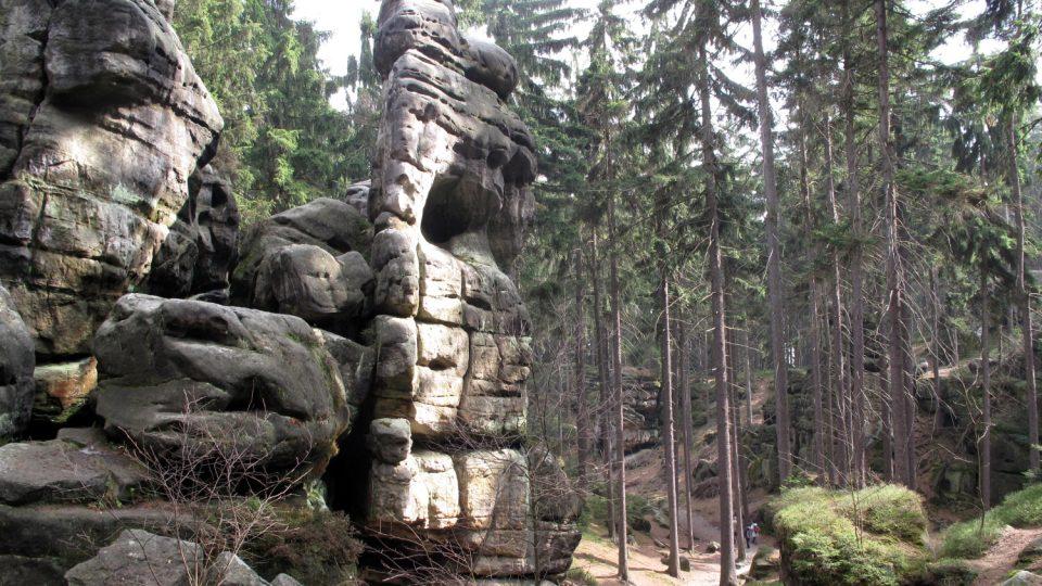 Horní a Dolní skalní labyrint Ostaše odděluje geologický zlom hluboký sto metrů