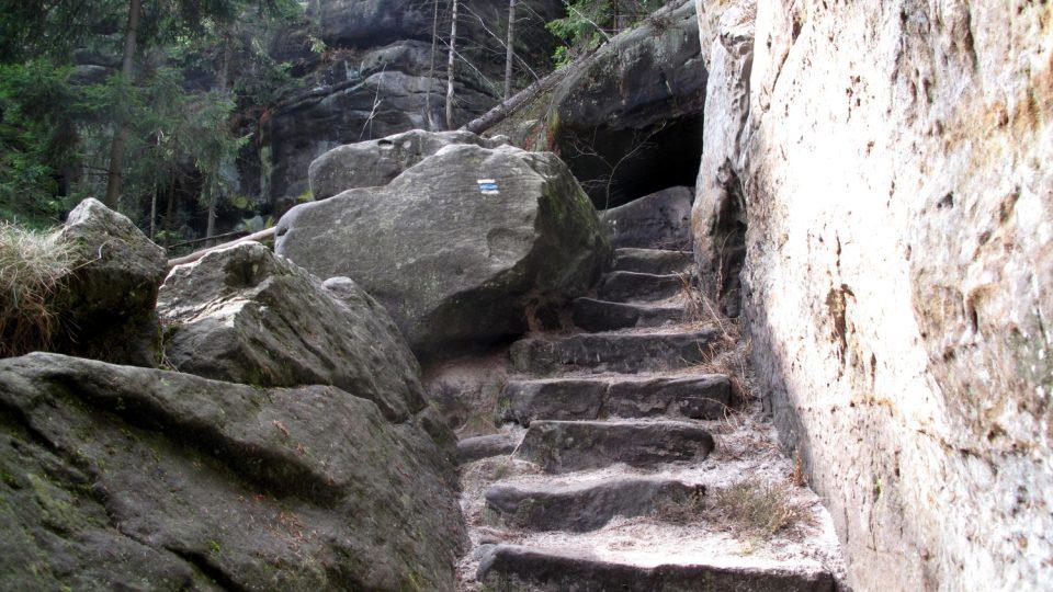 Kouzelnou atmosféru skalního bludiště na Ostaši podporuje také řada tajuplných legend a pověstí