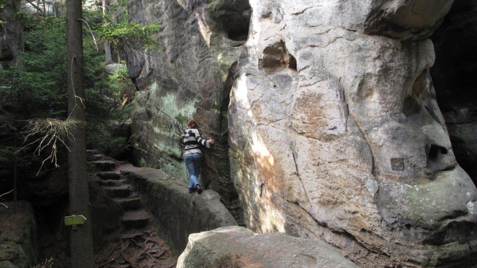 Procházka skalním labyrintem občas vyžaduje nejen fyzickou kondici, ale i obratnost