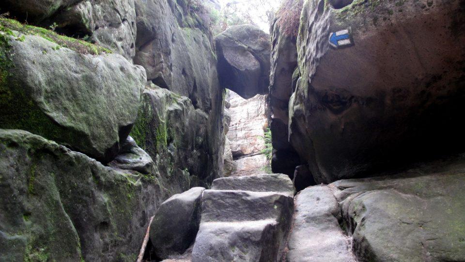 Skalním labyrintem na Ostaši provede návštěvníky modrá turistická trasa
